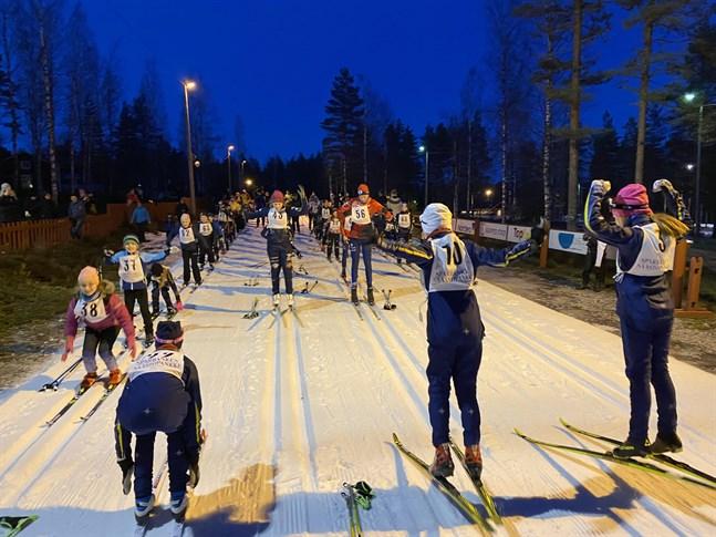 Före loppet gällde uppvärmning för de åttio som ämnade skida Vargbergets Vasalopp.