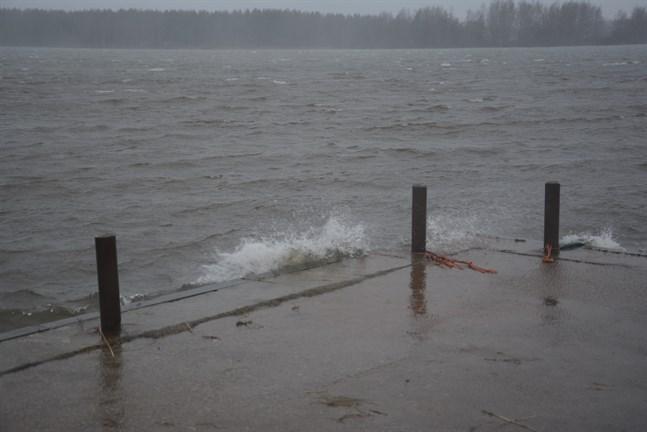 Det blåser rejält både till havs och till land, och flera tusen hushåll är utan el.
