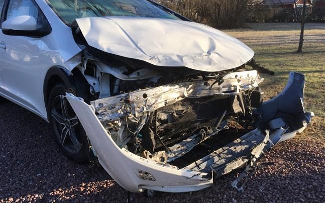 Bilen som kom från gårdsvägen fick omfattande skador i kollisionen.