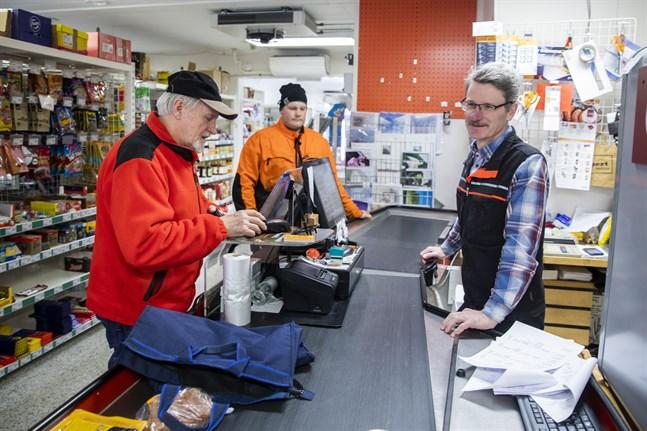 Bo Westman har handlat i Södra Vallgrund handelslag i över femtio år. Köpman Birger Sebbas uppskattar att kunderna håller liv i butiken genom att handla där.