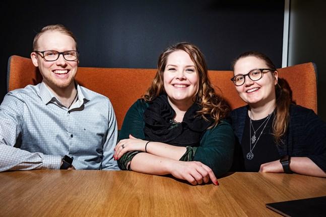Isa Lindgren-Backman (i mitten) är redo att svara på de frågor som Martin Söderbacka, Eevalotta Matikainen och publiken i den gamla fiskhallen i Karleby har att ställa henne.