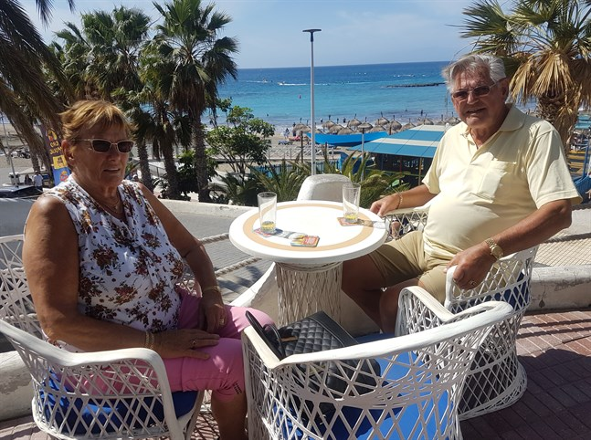 Doris och Göran Lindholm bor på Club Olympus Garden City, tre kilometer från H10 Costa Adeje Palace, där tusen turister sitter i karantän.