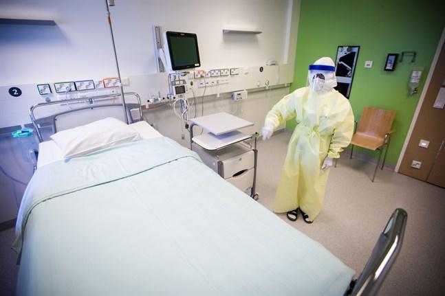 Kommer en patient som är smittad av coronaviruset till Vasa centralsjukhus ska personalen bära skyddsutrustning. Doris Roos demonstrerar hur det kan se ut.