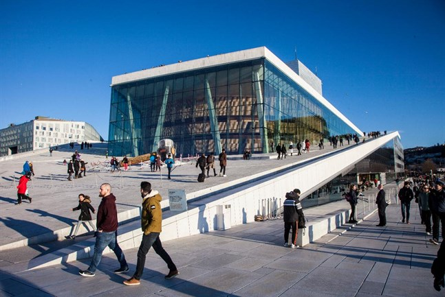 Har ni chansen så boka en biljett till någon föreställning på Operahuset – och missa inte en runda uppe på taket.