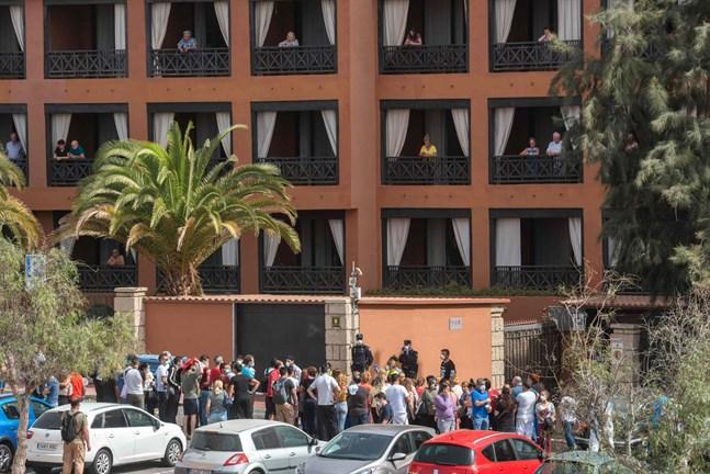 Hotellet H10 Costa Adeje Palace på Teneriffa försattes i karantän på måndagen efter att fyra italienska turister hade smittats av coronaviruset, som kan ge upphov till sjukdomen Covid-19.