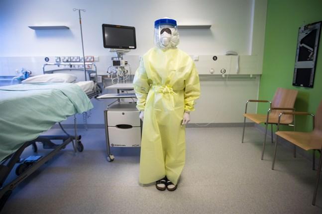 För att hindra spridning av smitta kommer patienter med coronavirus vårdas i isoleringsrum och personalen kommer bära skyddsutrustning. Doris Roos på jouravdelningen demonstrerar.