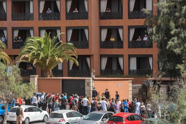 Drygt tusen personer hålls i karantän på hotellet H10 Costa Adeje Palace.