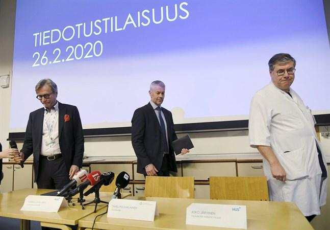 Ledande överläkare Markku Mäkijärvi vid Helsingfors universitetssjukhus, överläkare Taneli Puumalainen vid THL och överläkare i infektionssjukdomar Asko Järvinen vid Helsingfors universitetssjukhus under presskonferensen som ordnades efter att coronaviruset konstaterats i Finland.