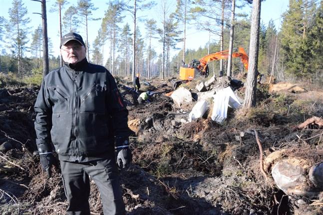 För två veckor sedan fick Bror Eriksson kommunalt vatten till sin bostad i Långviken. Nu gräver de vidare till fyra sommarstugor vid stranden.