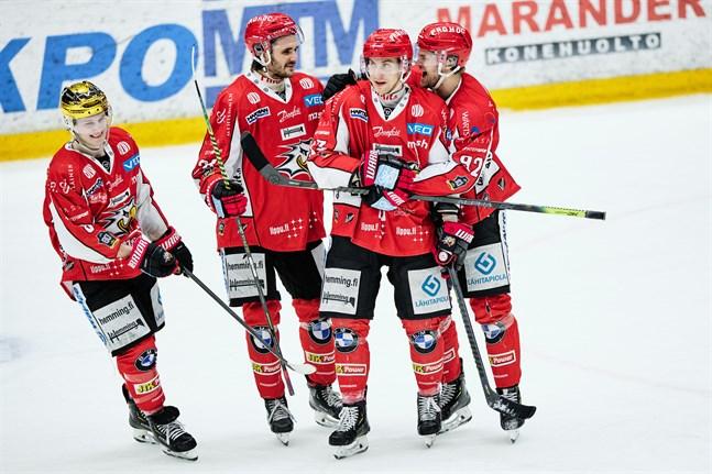 Erik Riska, andra från höger, gjorde sitt andra mål för säsongen på en rejäl bjudning av gästernas målvakt i andra perioden.