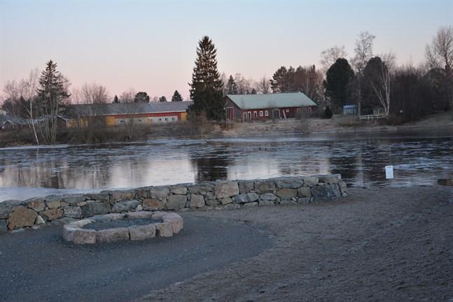 Lappfjärds å har muddrats på flera ställen, bland annat här nedanom Centralbron. En stenpark anlades invid bron.