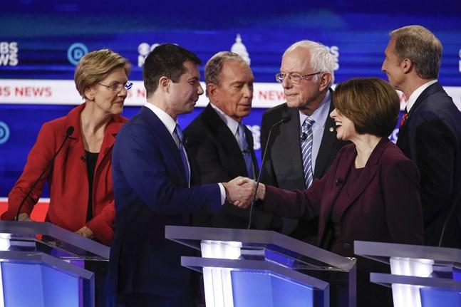 Demokratiska presidentaspiranterna Elizabeth Warren, Pete Buttigieg, Mike Bloomberg, Bernie Sanders, Amy Klobuchar och Tom Steyer på scenen.