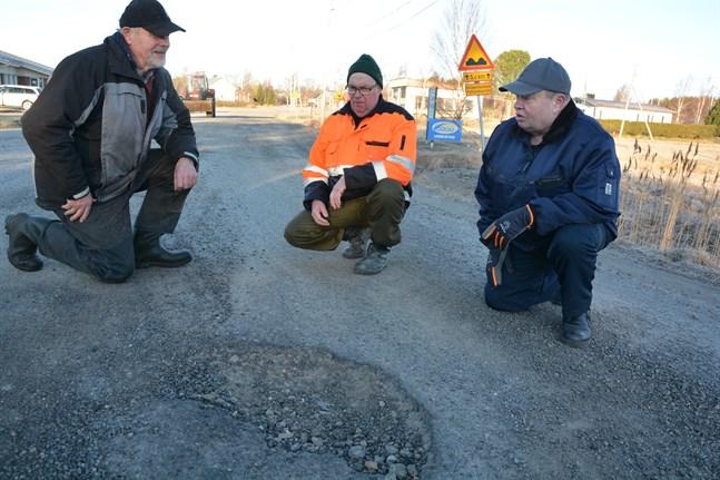 Det här hålet är ett av de sammanlagt 270 som finns på en 400 meters sträcka i början av Blaxnäsvägen. Boris Yljens, Tor-Erik Malmén och Leif Vesterholm påpekar att det inte löns att lappa hålen längre.