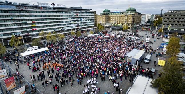 Någonstans i Vasa kan fall nummer 42 ha smittats, men det är oklart var, när och hur. Bilden tagen i oktober 2016 då tusentals demonstrerade för omfattande jour.