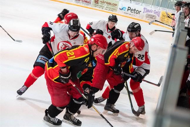 Vili Brandt (21) och Max Högnäs (19) kämpar och ligger i för Kronan. Den småväxta Högnäs är inte rädd för att ta kampen med den betydligt större Alexandr Baryshev (22) i KuRy.