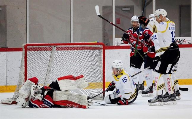 IFK Lepplax-målvakten Niko Lehtinen höll nollan i femtio minuter i den andra kvartsfinalen. I slutminuten tvingades han avbryta matchen efter att han krockat med målskytten Isak Söderback (45).