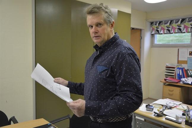 Närpes högstadieskolas rektor Göran Småros blir pensionär. Sex personer sökte tjänsten och på torsdagen valdes hans efterträdare.