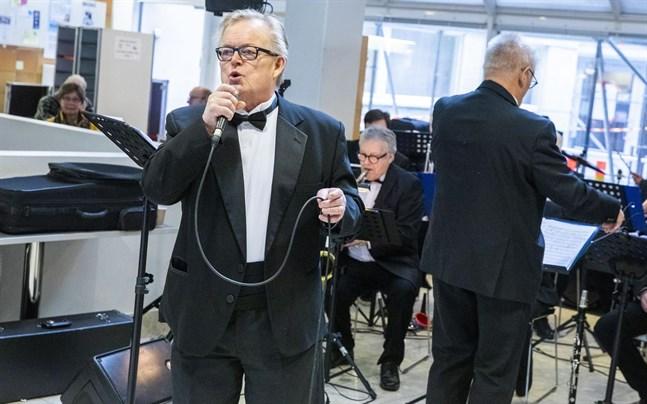 Kulturprofilen och sångaren Erkki Mendelin avled i fredags.