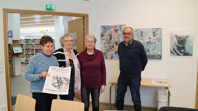 """Solvej Fågelbärj-Hannula, Gunnel Byggmästar, Tordis Ekman och Leif Sjöholm är några av konstnärerna som ställer ut i Asta-salen. Konstverket längst till vänster är Leif Sjöholms abstrakta, i mitten Tordis Ekmans collage """"Håll ut moder jord"""" och till höger hänger Maria Kivilompolos konstverk."""