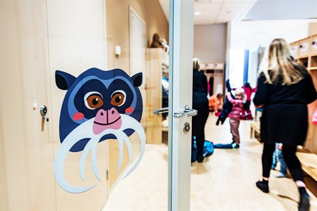 Behovet av småbarnspedagogik är större än vanligt i Jakobstad i juli. Nybyggda Alma daghem fylldes snabbt.
