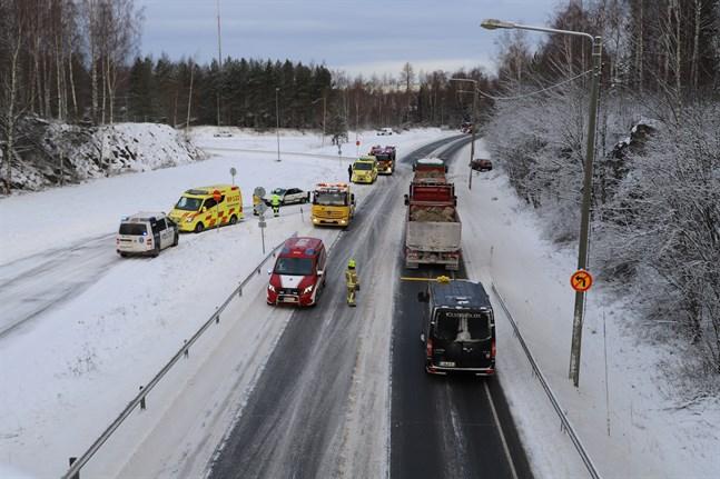 Räddningsverket dirigerade trafiken.