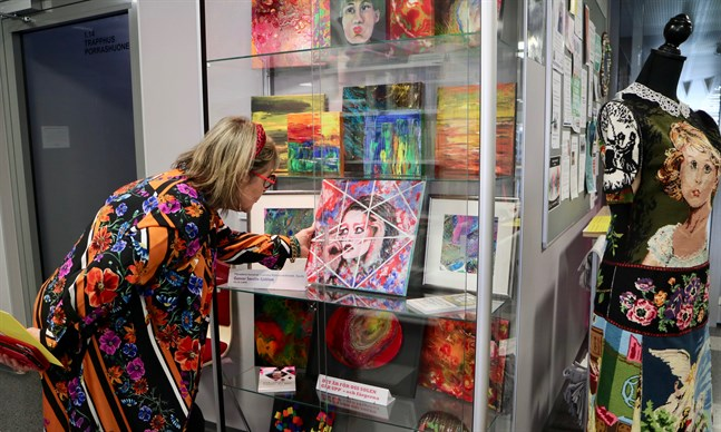 """Det verk som Gunvor Sarelin-Sjöblom tycker bäst om på sin utställning visas inuti ett skåp, tillsammans med andra akrylmålningar, akrylexperiment och smycken som hon har gjort. """"Dagen vi lever i"""" heter det."""