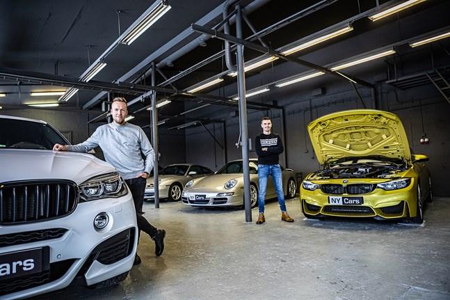 Christoffer Sirén och August Strandberg är strax klara med sin kaxiga bilstudio i den gamla, råa fabrikshallen.