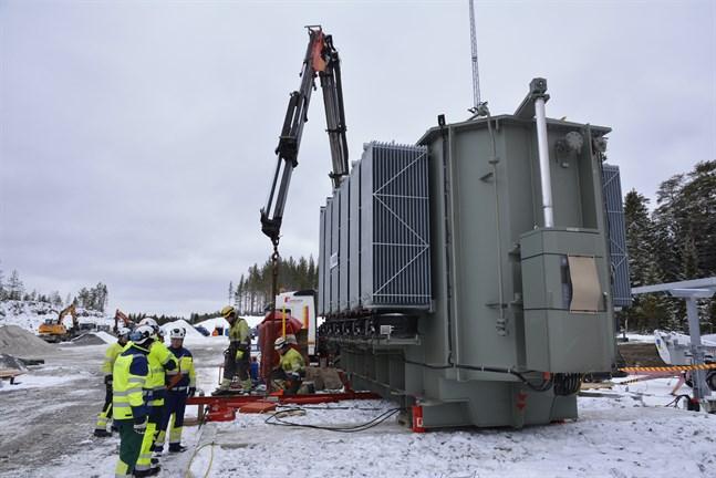 Transformatorn är på plats i Kalax och i slutet av april ska allt vara kopplat i väntan på de första turbinerna.