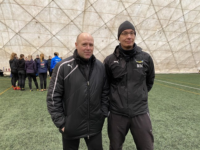 Tränarna Bennet Eklund och Magnus Näs vill vara med och höja nivån på damfotbollen i regionen.