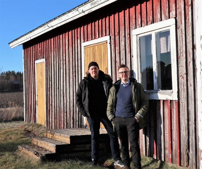 Arrangörerna, däribland Luckan i Sydösterbottens informatör Robert Westergård och Närpes stads kultursekreterare Victor Strömbäck, är förtegna om detaljerna. Men dialektfestival lär det i varje fall bli.