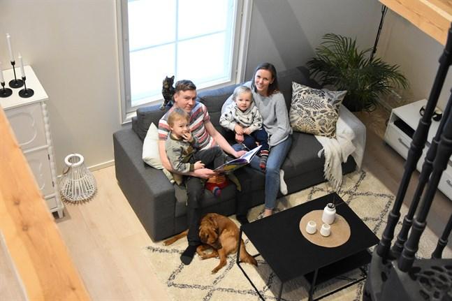 Colin Lindström, Elias Lindström, Madeleine Söderman och Noel Lindström flyttade in i augusti i fjol. Nu känner de sig hemma – så också katten Findus och hunden Texas.