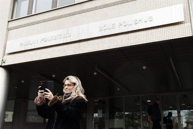 Riksdagsledamot Päivi Räsänen (KD) tar en selfie då hon var på väg till förhör hos polisen i Helsingfors den 2 mars.