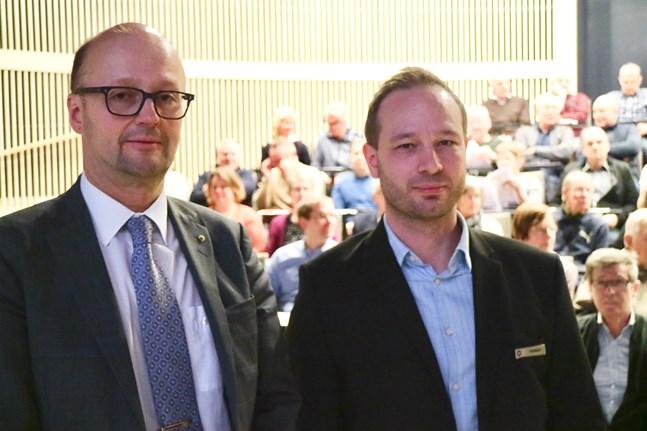 Cirka 100 personer fyllde Rotundan i Campus Allegro när kapitalförvaltarna Simo Vuorenlinna (till vänster) och Yannick Pelletier besökte Pedersörenejdens Andelsbanks placeringskväll.