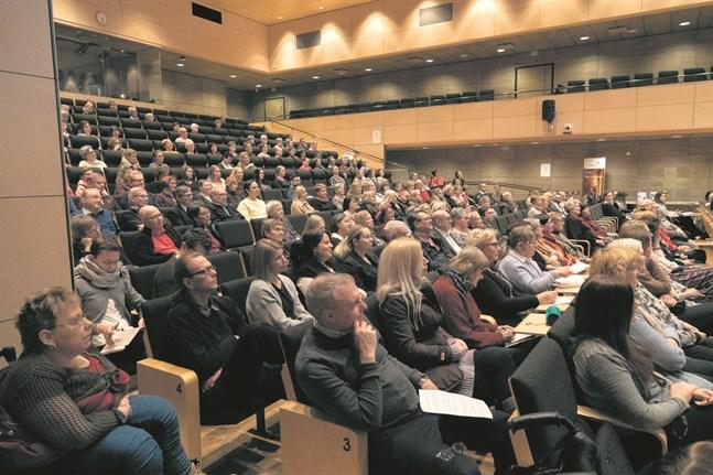 """En del av svaren från undersökningen lästes upp under tisdagens seminarium """"Tillsammans mot ensamheten"""" på Academill i Vasa."""