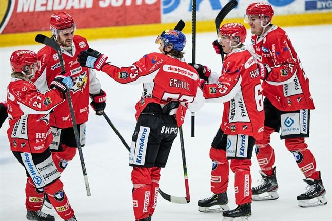 Santeri Haarala (längst till vänster), Eemil Erholtz (i mitten) och Lari Heikkinen (andra från höger) är de tre spelare från U20-bronslaget 2019 som har finsk ligaadress denna säsong.