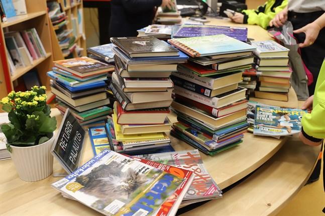 Högarna med återlämnade böcker växer när bibliotekets kunder letar efter nya guldklimpar i hyllorna.