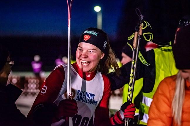 Jennie Lindvall är en duktig sprinter, både i så kallad normal sprint och i supersprint. Så här glad var hon efter sprintsegern i förbundsmästerskapen förra vintern.