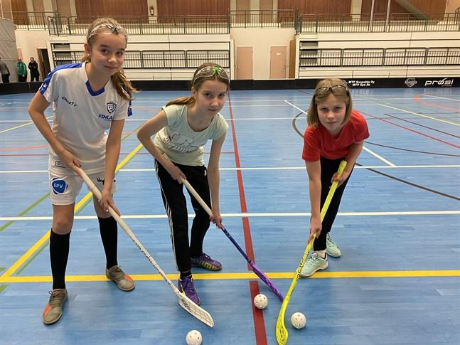Nea Backlund, till vänster, Heidi Nordman och Tiia Perkiö är tre unga spelare som nu får träna i en egen grupp med bara flickor.