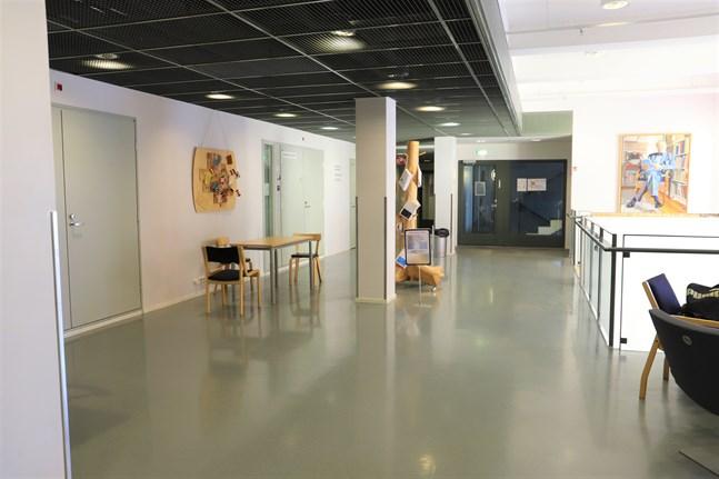 Det kommer fortsättningsvis att vara tomt i korridorerna i Academill i Vasa efter att coronarestriktionerna för bland annat högskolorna hävs i mitten på nästa vecka. Åbo Akademi väljer att fortsätta med distansundervisningen fram till slutet på maj, vilket också är i linje med vad regeringen rekommenderat.