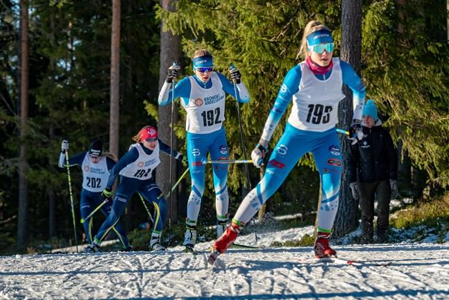 På FSSM i Lappfors i mars förra året tävlade de mot varandra i sprinten. På junior-FM i Jyväskylä tog Wilma Hjerpe och Signe Jakobsson silver tillsammans i lagsprint.