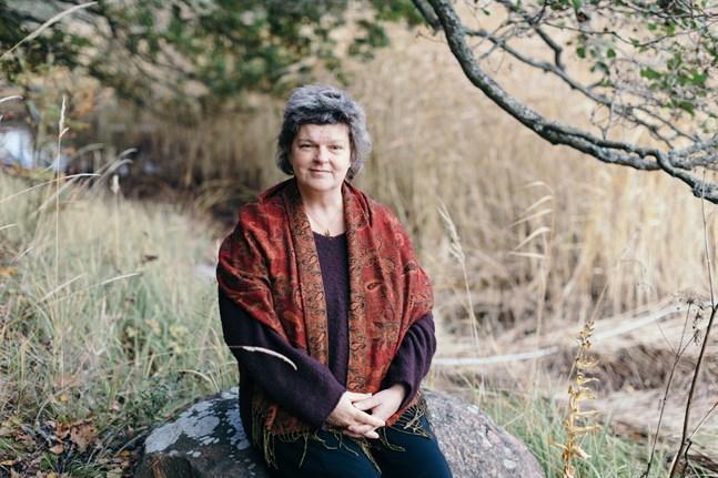 Agneta Enckell ställer fundamentala, filosofiska frågor på lyrikens särskilda språk, frågor som en mamma, eller vilken som helst människa, kan grubbla över.