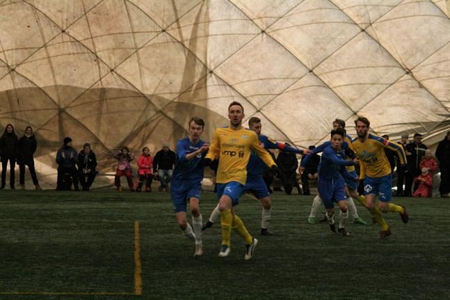 Försäsongen tar paus på grund av coronarisken. Här en bild från Krafts träningsmatch mot Norrvalla FF i bollhallen tidigare i år.