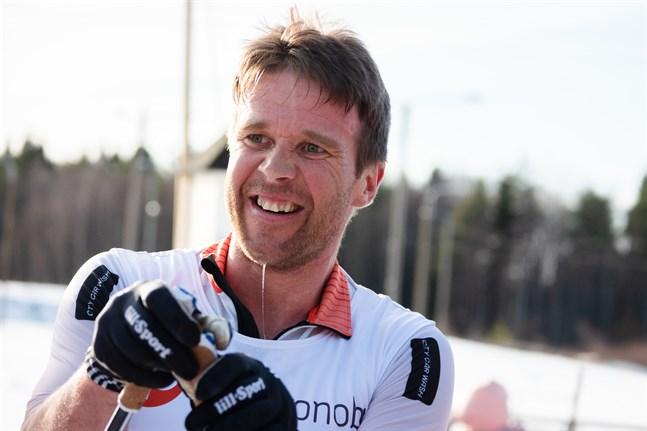 Hans Mäenpää från Jakobstad kan fortfarande titulera sig världsrekordhållare på 24 timmar skidåkning.