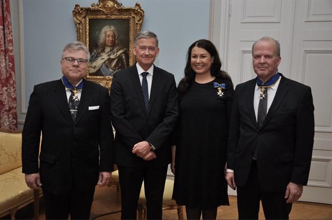 Kommendörstecknet av Nordstjärneorden tilldelades konsuln i Karleby Peter Holm (till höger i bild), konsuln i Jyväskylä Esa Vilmusenaho (till vänster i bild) och konsuln i Rovaniemi, Johanna Ikäheimo. Ordenstecknen överlämnades av Sveriges ambassadör i Finland, Anders Ahnlid (andra från vänster i bild).