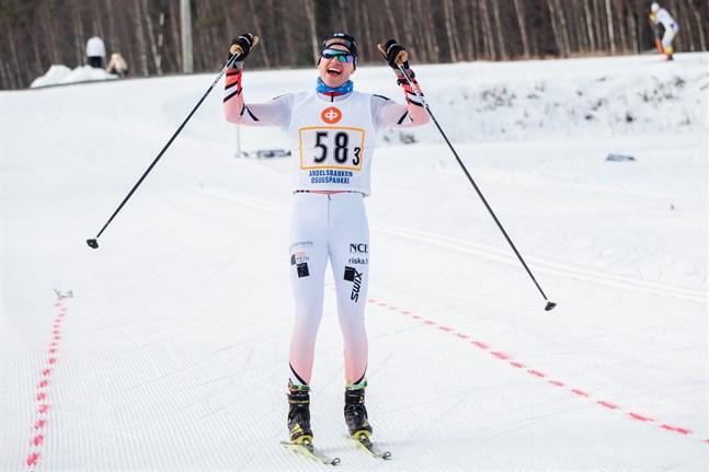 Hannes Mäenpää kan tillåta sig att jubla över att den revbensskada som han drabbades av i långloppet Jizerska den 14 februari är lindrigare än vad han först befarade. Jublet på bilden härrör från stafetten i FSSM 2020 i Lappfors.