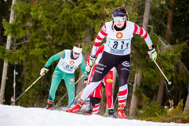 Riikka Kalliokoski får symbolisera det lilla stafettundret i FSSM. Trots att Pargas IF tvingats nöja sig med ett konstsnöspår på 250 meter i vinter tog föreningen flest medaljer i stafett. Kalliokoski & Co tog brons i damstafetten.
