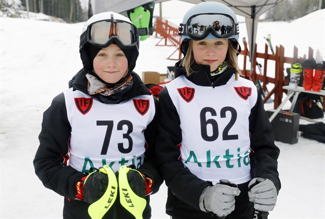 Rebecca och Fanny Enroth, hemma från Särkimo, brukar delta i alpina tävlingar som ordnas i Vörå. De har hållit på med grenen i två år.