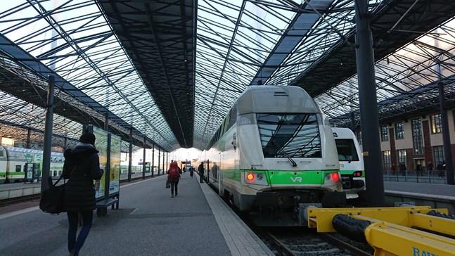 Järnvägsstationen i Helsingfors. Normalt är platsen full av aktivitet. I nuläget rekommenderas de som vill åka norrut välja egen bil för färden.