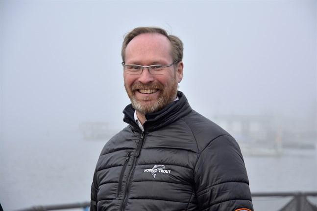Om ingen miljökonsekvensbedömning behövs kan Nordic Trout börja anlägga fiskodling utanför Kaskö redan nästa år, sade vd Alf-Håkan Romar vid ett besök i Kaskö i mars. Men tidtabellen förskjuts, eftersom MKB nu krävs.