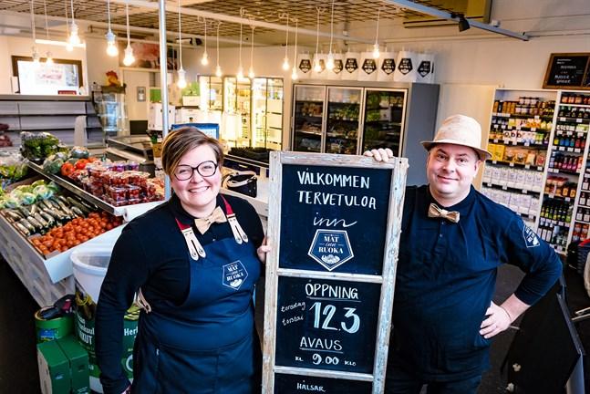 Yvonne Lönnqvist och Anton Blomqvist är klara med sin dröm om liten men god matbutik, eller Mat inn Ruoka som öppnar på torsdag i Nykarleby.